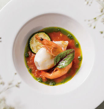 海老とヤリイカのグリエ トマトフォンデュと香草風味のソースの写真