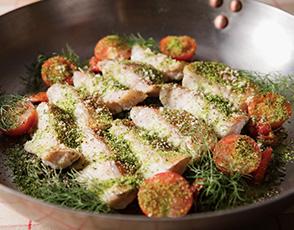 魚とチーズ風味の香草パン粉焼き トマト風味のタプナードソースの写真