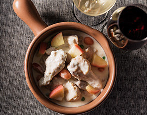 鶏もも肉と手羽元のフリカッセ ノルマンディー風の写真