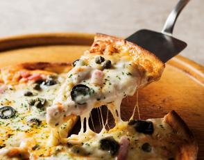 ピザ窯からの焼きたてを「ピッツァ マチェライオ」の写真