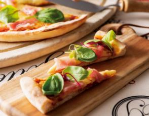 モッツァレラチーズと生ハムのピザの写真