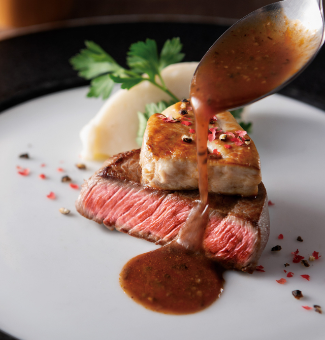 牛フィレ肉とフォアグラのソテー ロッシーニ風 トリュフ風味のソースの写真