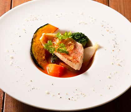 カサゴのポワレ 根菜のスープ仕立て