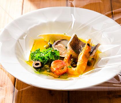 海老と魚と蛤のポーピエット サフラン風味