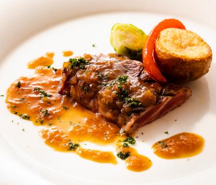 牛肉のグリルステーキ シャリアピンソース